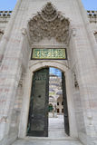 Porta de uma mesquita do otomano, Istambul, Turquia imagem de stock