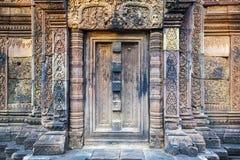 Porta decorada ao templo imagens de stock