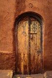 Porta decorada Símbolos mágicos Haddou de Kasbah AIT ben marrocos imagens de stock