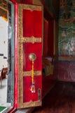Porta decorada, vermelha do templo no monastério de Thiksay perto de Leh, Índia imagem de stock royalty free