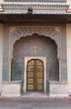 Porta decorata a Chandra Mahal, palazzo della città di Jaipur Immagini Stock Libere da Diritti