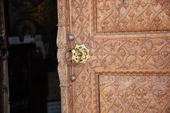 Porta decorata della chiesa Fotografie Stock