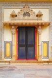 Porta decorativa al palazzo della città Fotografia Stock
