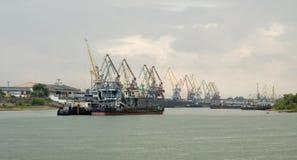 Porta del carico a Omsk, il fiume Irtysh Immagine Stock Libera da Diritti
