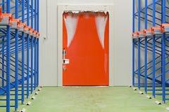 Porta del congelatore del magazzino immagini stock