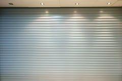 Porta del garage del metallo con la lampadina e la luce rotta BAC astratto Fotografie Stock