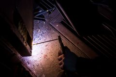 porta del garage della saldatura del lavoratore Fotografia Stock