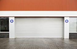 Porta del garage sulla via Immagine Stock Libera da Diritti
