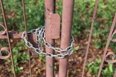 Porta del metallo bloccata con una catena Fotografia Stock