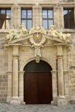 Porta del portico di vecchia costruzioni di Altes Rathaus del municipio 1616-1622) (a Norimberga fotografia stock