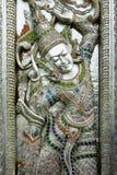 Porta del tempio buddista, martellato, inseguito Fotografia Stock Libera da Diritti