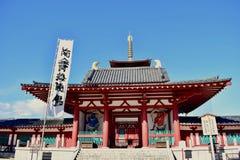 Porta del tempio di Osaka Shitennoji in un giorno soleggiato immagini stock libere da diritti