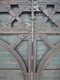 Porta dell'acciaio e di legno di art deco con i bulloni Immagini Stock