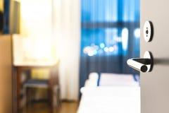 Porta della camera di albergo aperta Servizio pulito ed elegante della sistemazione fotografia stock libera da diritti