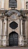 Porta della chiesa dell'ascensione, Vilnius, Lituania immagine stock
