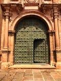 Porta della chiesa di Cusco Immagini Stock