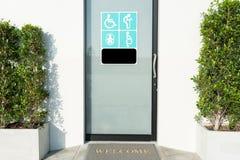Porta della toilette con il segno dei disabili, anziani, woma incinto fotografia stock libera da diritti