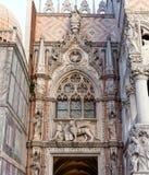 Porta dellaCarta detalj, Doge& x27; huvudsaklig ingång för s-slott, Venedig, Italien Fotografering för Bildbyråer