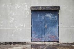 Porta deslizante do metal azul Imagens de Stock Royalty Free