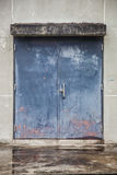 Porta deslizante do metal azul Imagem de Stock