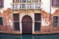 Porta desorganizado da casa residencial típica de Veneza Italy Imagens de Stock