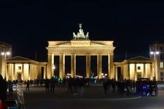 Porta di Brandeburgo alla vista frontale di notte immagine stock
