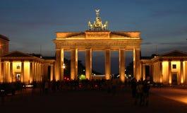 Porta di Brandeburgo con i ciclisti alla notte immagine stock libera da diritti