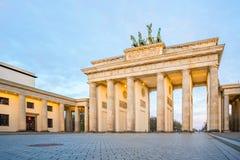 Porta di Brandeburgo con la città di Berlino di alba, Germania Fotografia Stock Libera da Diritti
