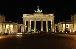 Porta di Brandeburgo con la gente alla notte immagine stock