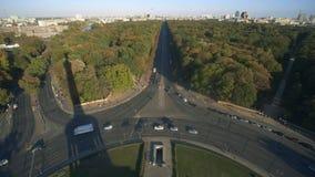 Porta di Brandeburgo e torre della TV come visto dalla piattaforma di osservazione della colonna di vittoria Berlino, Germania video d archivio