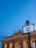 Porta di Brandeburgo; prospettiva sinistra in un sole nuvoloso Fotografie Stock