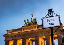 Porta di Brandeburgo in un tramonto nuvoloso Immagini Stock