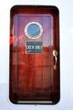 Porta di cabina eseguita da mogano fotografia stock libera da diritti
