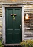 Porta di cabina rustica con la luce del portico Fotografia Stock