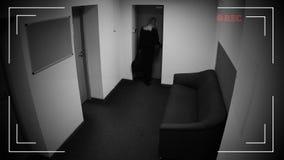 Porta di chiusura della donna ed uscire dall'ufficio, estremità di giorno del lavoro, effetto della macchina fotografica del CCTV archivi video