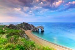 Porta di Durdle alla spiaggia sulla costa giurassica di Dorset Immagine Stock