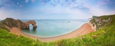 Porta di Durdle alla spiaggia sulla costa giurassica di Dorset immagini stock