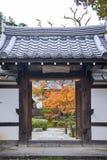 Porta di entrata al bello giardino dell'acero giapponese durante l'autunno al tempio di Enkoji a Kyoto, Giappone Immagini Stock
