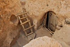 Porta di entrata all'costruzioni in roccia nella città di Kandovan Immagini Stock