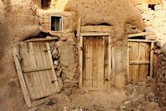 Porta di entrata alle costruzioni in roccia nella città di Kandovan Immagine Stock Libera da Diritti