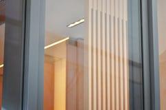 Porta di entrata anteriore del boutique con la finestra in bianco per il modello, promozione di progettazione di logo fotografia stock