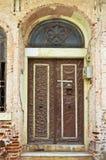 Porta di entrata di casa molto vecchia abbandonata in Buyukada, Costantinopoli fotografia stock libera da diritti