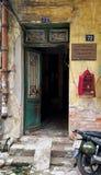 Porta di entrata da alloggiare nel vecchio quarto di Hanoi Fotografia Stock