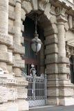 Porta di entrata del palazzo del tribunale a Roma Fotografia Stock