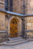 Porta di entrata di legno al tempio medievale, st Vitus Cathedral, Praga, repubblica Ceca Immagine Stock Libera da Diritti
