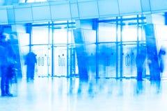 Porta di entrata di vetro alla costruzione dell'aeroporto Fotografia Stock Libera da Diritti