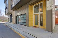 Porta di entrata gialla della costruzione di appartamento fotografie stock