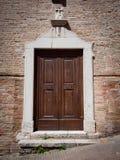 Porta di entrata di una chiesa con il profilo di pietra bianco sul mattone rosso Fotografia Stock Libera da Diritti