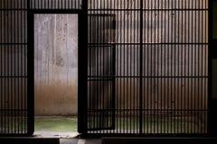 Porta di Grided in seminterrato di parcheggio Fotografia Stock