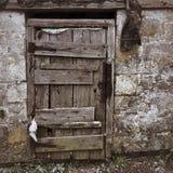 Porta di legno ad una casa di carbone antica fotografia stock libera da diritti